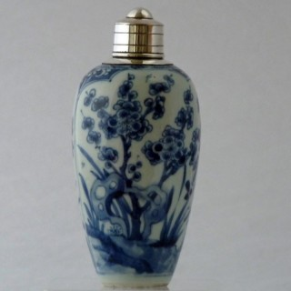 CHINESE 17TH CENTURY BLUE AND WHITE PORCELAIN JAR