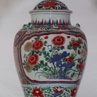CHINESE PORCELAIN TRANSITIONAL 17TH CENTURY LIDDED WUCAI JAR