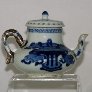 CHINESE EARLY 18TH CENTURY BLUE AND WHITE PORCELAIN TEA POT