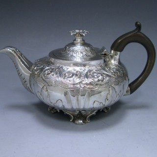 A WILLIAM IV ANTIQUE SILVER TEA POT