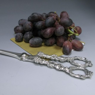 A PAIR OF ANTIQUE STERLING SILVER VICTORIAN GRAPE SCISSORS / SHEARS