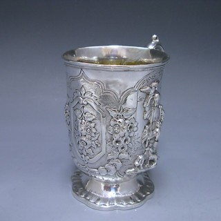A VICTORIAN ANTIQUE SILVER CHILDS MUG