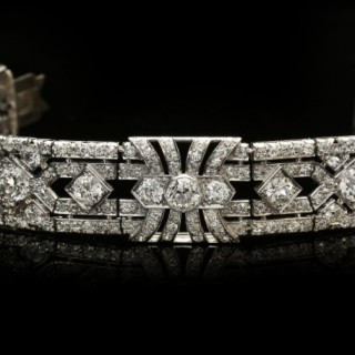 Exceptional diamond bracelet in platinum, circa 1920.