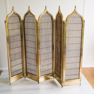 AN EXCEPTIONAL FIVE FOLD FIRE SCREEN IN BRASS WITH A GOTHIC INFLUENCE TO THE SHAPED TOP