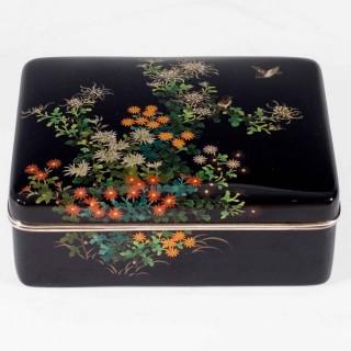 A FINE QUALITY JAPANESE GOLD WIRE CLOISONNE ENAMEL BOX