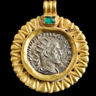 ROMAN GOLD PENDANT WITH  ANTONINIANUS OF PHILIP I