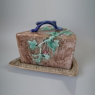 Majolica Ivy wedge-shaped cheese keeper