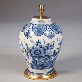 A FINE 18TH CENTURY DUTCH DELFT VASE MOUNTED AS A LAMP
