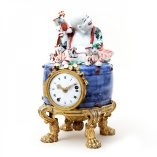 A FINE FRENCH ARITA PORCELAIN MOUNTED MANTEL CLOCK