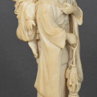 DELIGHTFUL JAPANESE IVORY OKIMONO BIJIN AND CHILD BY RAKUMIN
