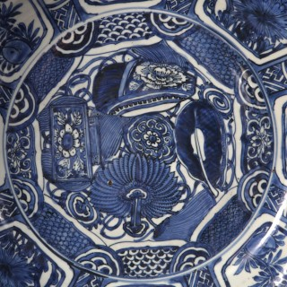 CHINESE BLUE AND WHITE KRAAK PORCELAIN CHARGER