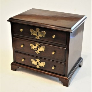 Miniature apprentice-piec/sample Chest of Drawers