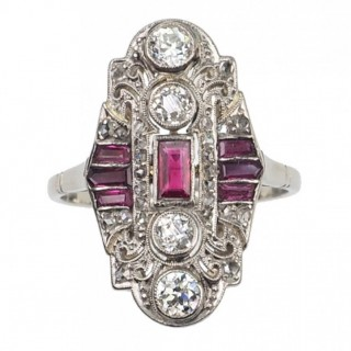 18 ct. Gold & Platinum Ring / Engagement ring with Rubies in Baguette-cut and Diamonds, Art déco France approx. 1920