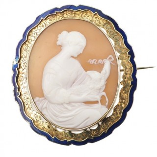 "Shell cameo brooch with 15 ct. Gold frame and Enamel decorations ""Rachel and the lamb"", Victorian England approx. 1850"