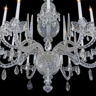 A FINE QUALITY TWELVE LIGHT CUT GLASS ANTIQUE CHANDELIER OF GEORGE II STYLE