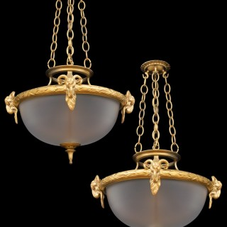 A PAIR OF VICTORIAN ORMOLU MOUNTED FROSTED BOWL FITTINGS