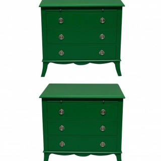 A PAIR OF EMERALD GREEN LACQUERED CHESTS IN THE MANNER OF DOROTHY DRAPER