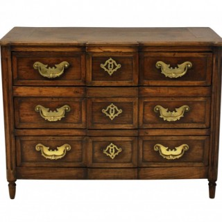 AN 18TH CENTURY FRENCH PROVINCIAL COMMODE IN OAK WITH FINE BRASS DETAIL