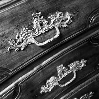 A FRENCH 18TH CENTURY COMMODE