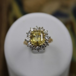 An exceptional 18ct Yellow and White gold, Natural Yellow Sapphire (5,77 ct.)  &  Diamond Cluster Ring