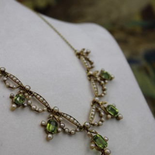 A very fine 15ct Yellow Gold, Peridot & Seed Pearl Necklace, c.1900.