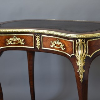 Elegant superb quality 19thc Kingwood kidney shaped ladies writing desk of small proportions in the French style