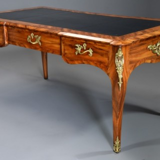 Fine quality mid 19thc Goncalo alves bureau plat in the French style of good proportions, attributed to Gillows of Lancaster