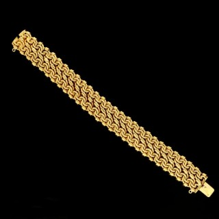 A beautifully intricate and decorative French 18ct yellow gold bracelet with textured links. c.1890