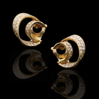 A wonderfully stylish pair of gold and diamond ribbon double hoop ear clips.