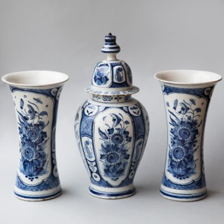 18TH CENTURY DUTCH DELFT GARNITURE