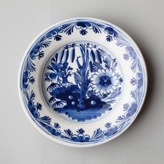 18TH CENTURY DELFT PLATE OR SMALL CHARGER IN CAMAÏEU BLEU