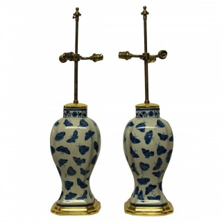 A PAIR OF CHINESE EXPORT BUTTERFLY PATTERN TABLE LAMPS