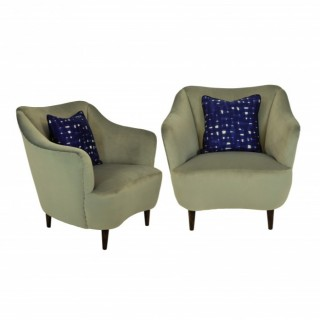 A PAIR OF CHARMING MID CENTURY BEDROOM CHAIRS IN SILVER GREY VELVET