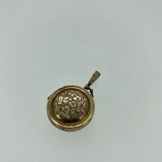 Gold chester hand engraved circular locket (1906)
